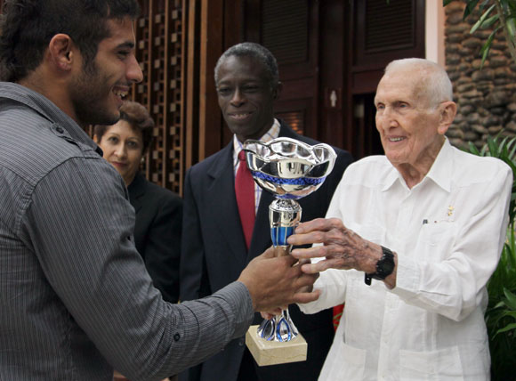 José Ramón Fernández, presidente del Comité Olímpico Cubano, premia al mejor atleta en el país este 2013. Foto: Ismael Francisco/Cubadebate.
