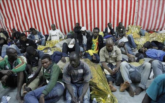 Lampedusa vuelve a sacar los colores a Italia y la UE amenaza con sanciones. Foto: EPA.