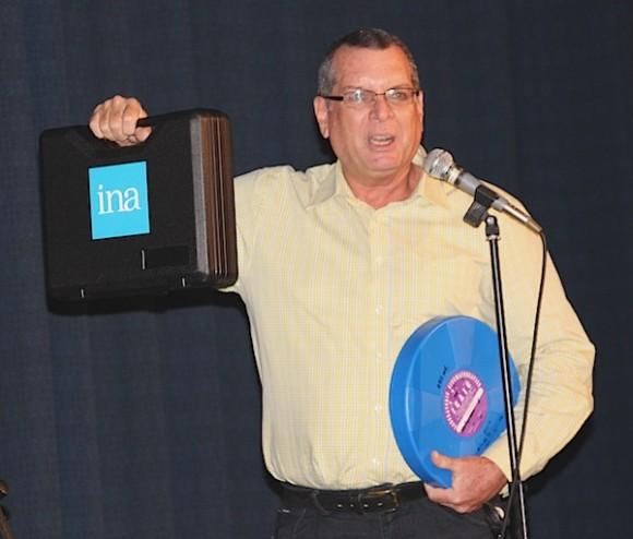 Roberto Smith, presidente del ICAIC, recibió el primer lote restaurado, junto al rollo original que dio lugar a ese trabajo en París. Foto: Maribel Acosta.