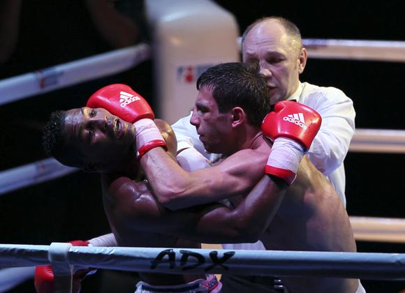 Luis Oliva de Cuba, 64 kg, le ganó a Radzjab Butaev de Rusia. Foto: Ismael francisco/Cubadebate.
