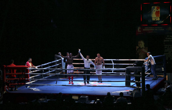 Erislandy Savón de Cuba en 91 kg le ganó a Vitaly  Kudukhov. Foto: Ismael Francisco/Cubadebate.
