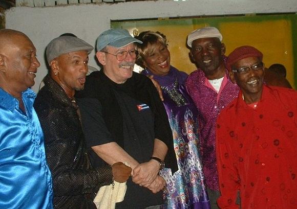 Silvio comparte con los Muñequitos de Matanzas, al cierre del concierto.
