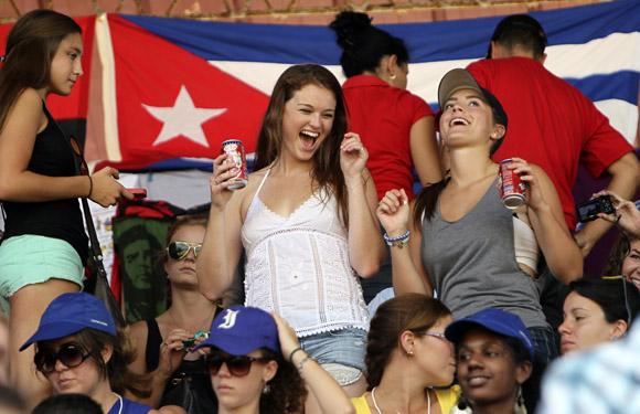 Estudiantes del proyecto Semestre en el Mar, de la Universidad de Virginia en Estados Unidos, en el Estadio de beisbol, 26 de Julio de Artemisa. Foto: Ismael Francisco/CUBADEBATE