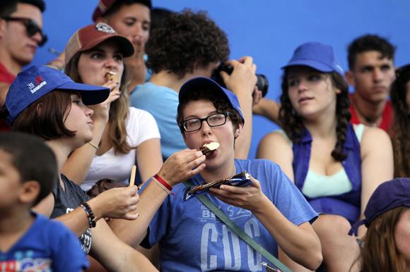 Estudiantes del proyecto Semestre en el Mar, de la Universidad de Virginia, Estados Unidos, en el Estadio de beisbol, 26 de Julio de Artemisa. Foto: Ismael Francisco/Cubadebate.