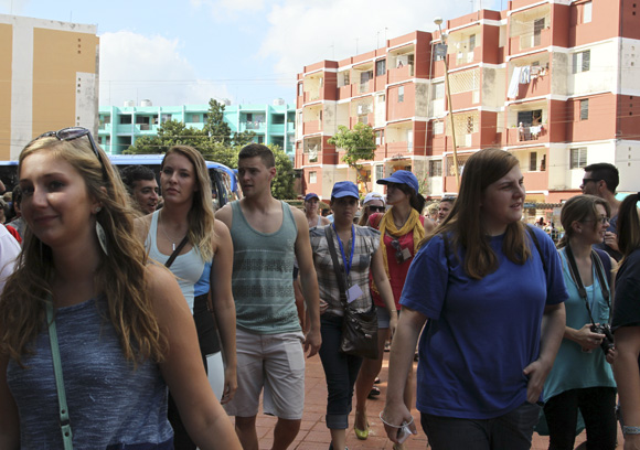 Estudiantes del proyecto Semestre en el Mar, de la Universidad de Virginia en Estados Unidos, en el Estadio de beisbol, 26 de Julio de Artemisa. Foto: Ismael Francisco/Cubadebate.