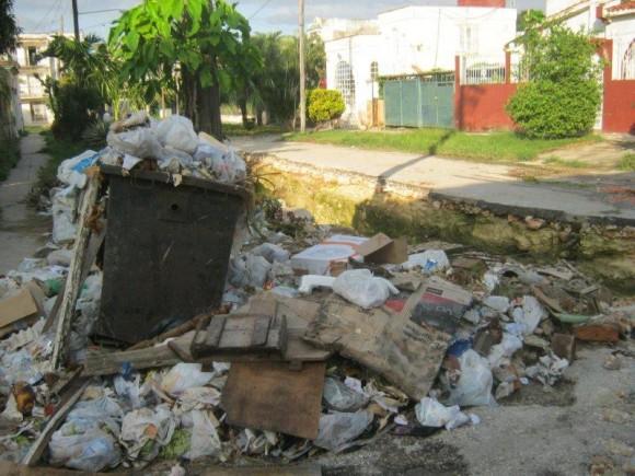 Imagen tomada en la esquina de 33 y 52, Municipio Playa, Servicios Comunales dice que no tiene nada que ver, porque fue Recursos Hidráulicos el que rompió la calle, lo que imposibilita que pase el camión de la basura por este lugar. El INRH no ha respondido a la queja de los vecinos y las autoridades municipales no han tomado cartas en el asunto. Foto:OMAIDA RODRIGUEZ, Vecina de 33 No. 5202 e / 52 y 54. Municipio Playa/ Lectora de Cubadebate
