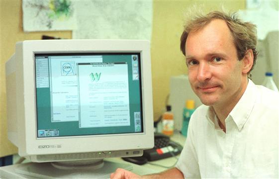 Tim Berners Lee, inventor de la 'world wide web', junto a su creación en el CERN (Foto: info.cern.ch)