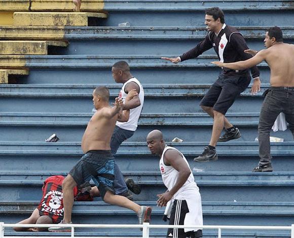 Aficionados del Vasco da Gama golpean a un hincha del Atlético Paranaense durante un partido en Brasil. Foto: CARLOS MORAES/AGENCIA O DIA (REUTERS)