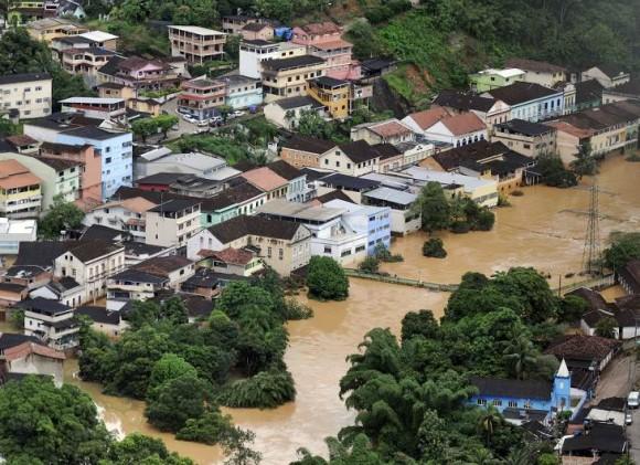 El mismo boletín indicó que las inundaciones y los deslizamientos destruyeron 67 viviendas y provocaron daños en otras seis mil 148. Foto: AP.