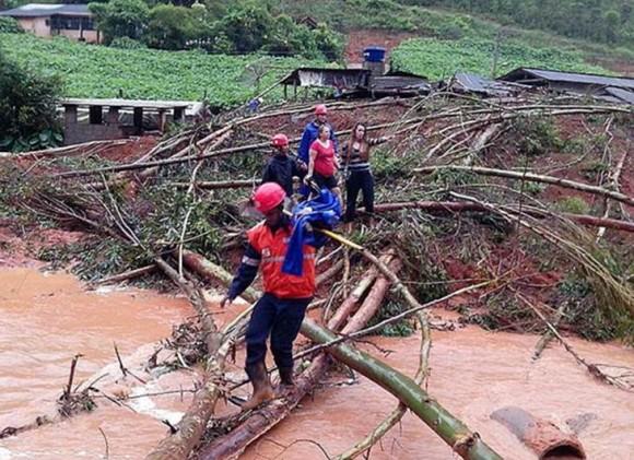 El número de personas que tuvieron que abandonar sus viviendas por inundaciones y deslizamientos llegó a 53 mil 100, de las que 49 mil pertenecen a Espíritu Santo. Foto: AP.