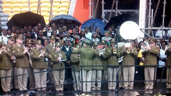 Empieza el #MandelaMemorial, interpretando el himno nacional de Sudáfrica. Foto: @dani_interprete /Twitter