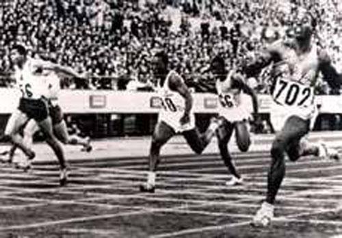 Tokio'64. Hayes llega delante; el Fígaro remata por el centro.