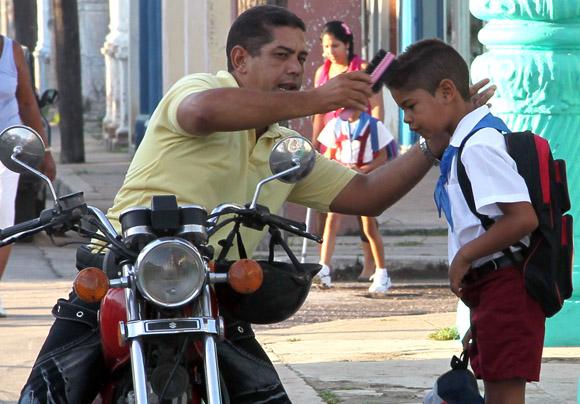 El ultimo retoque antes de entrar al aula. Foto: Ismael Francisco/CUBADEBATE