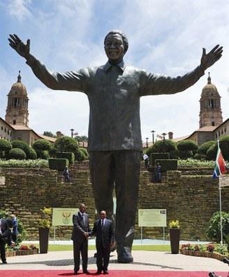 Develan en Pretoria monumental estatua de Nelson Mandela