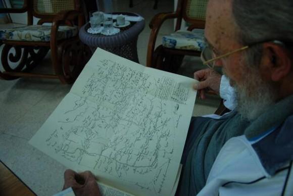 Fidel analiza copia del mapa que utilizó el Gran Mariscal Sucre en la Baalla de Ayacucho