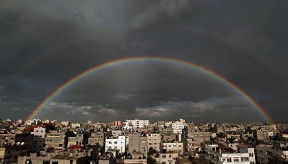 Un arcoiris encima de los edificios de la ciudad de Gaza, 9 de diciembre de 2013. Foto: HATEM MOUSSA (AP)