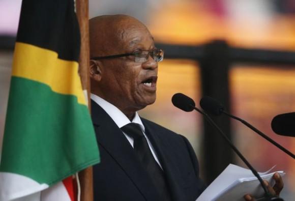 El presidente de Sudáfrica, Jacob Zuma, lee su discurso durante el funeral del ex presidente sudafricano Nelson Mandela en el estadio FNB en Soweto, cerca de Johannesburgo. Foto: AP.