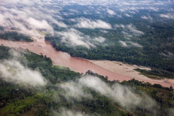 Vista aérea de la cuenca amazónica en territorio ecuatoriano. Nadie calcula la agresión ecológica de la Chevron – Texaco contra esos parajes. Foto: Roberto Chile