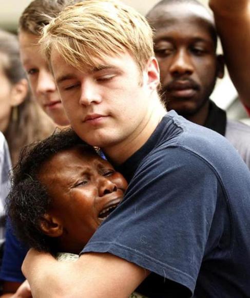 Un joven abraza a una desconsolada mujer en el funeral público celebrado en honor de Nelson Mandela en Johannesburgo el 10 de diciembre. Foto: Siphiwe Sibeko/Reuters.