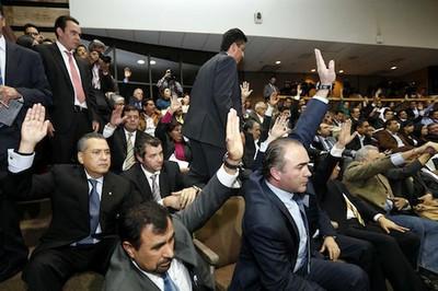 El Senado mexicano aprobó la reforma energética que permite la apertura del sector a inversiones privadas con un total de 353 votos a favor y 134 en contra. Foto: claroscuro.