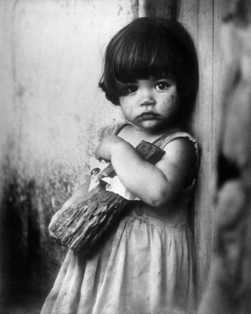 niña con muñeca de palo