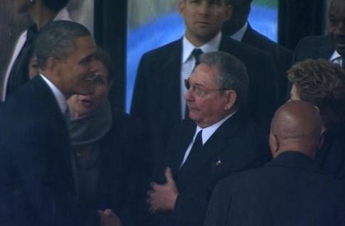 Obama y Raúl se saludan en el funeral de Mandela: Que este gesto sea el principio del fin de la agresión de EEUU a Cuba. Foto: Twitter