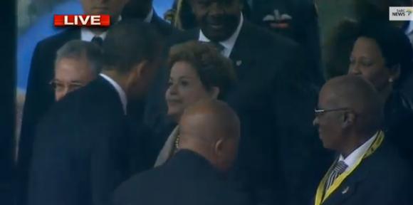 Antes de emitir su discurso, Obama saluda a Raúl Castro y Dilma Rousseff. Foto: @diario24horas /Twitter