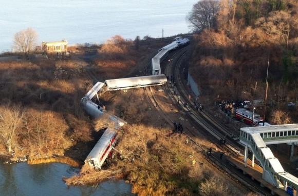 Un tren de pasajeros se descarriló en el barrio del Bronx de Nueva York. Foto: AP/ EDWIN VALERO.
