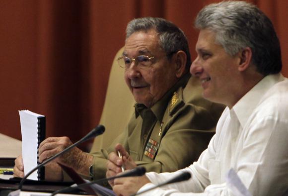 El Presidente de los Consejos de Estado y de Ministros, General de Ejército, Raúl Castro Ruz, junto al Vicepresidente Miguel Díaz-Canel. Foto: Ladyrene Pérez/Cubadebate.