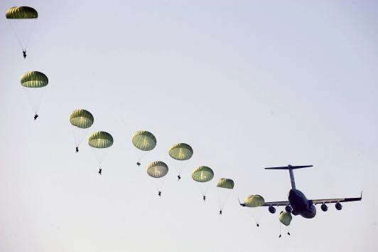 Ellos flotaron desde el cielo Domingo - 2,000 ratones, flotando en diminutos paracaídas cartón sobre Andersen Air Force Base en el territorio de Guam EE.UU. .