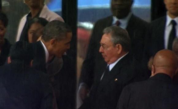 En esta imagen de la TV, el presidente de EEUU Barack Obama le da la mano al líder cubano Raúl Castro, en los funerales de Mandela. Foto: AP