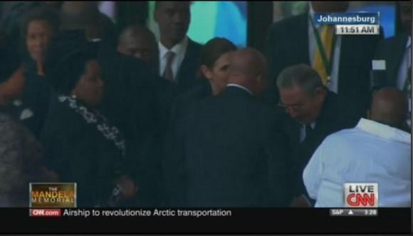 Raul Castro saludando a Jacob Zuma en el memorial. Foto: Twitter