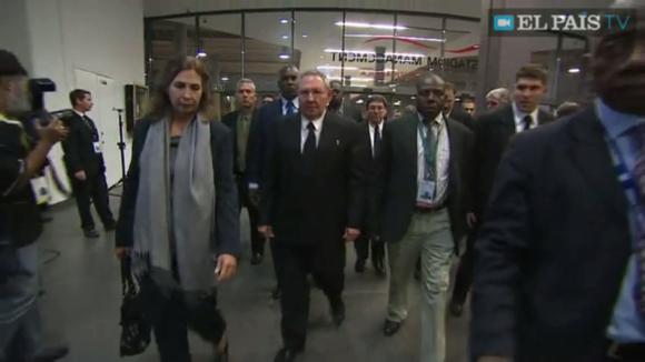 Raúl Castro en el funeral del Nelson Mandela. Foto:   imagen de la TV Sudafricana.