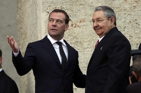 Raúl Castro, presidente de Cuba, junto a Dimitri A. Medvedev, presidente del Gobierno de  la Federación de Rusia, en el palacio de la Revolución. Foto: Ismael Francisco/CUBADEBATE
