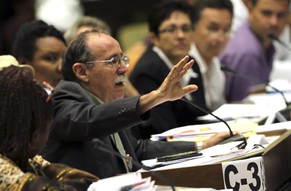 Agustín Lage interviene en los debates del parlamento. Foto: Ismael Francisco/Cubadebate.