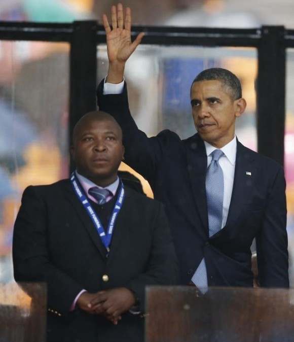 El intérprete junto al presidente Barack Obama, durante el funeral de Mandela.