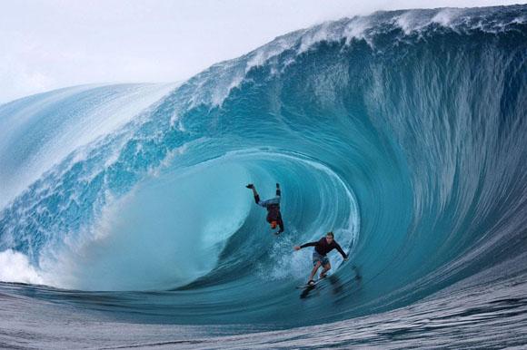 Tahití, 1 de junio de 2013. Los estadounidenses Garett McNamara (izquierda) y Mark Healey (derecha) compiten en un campeonato de surf. Foto: Gregory Boissy (AFP)