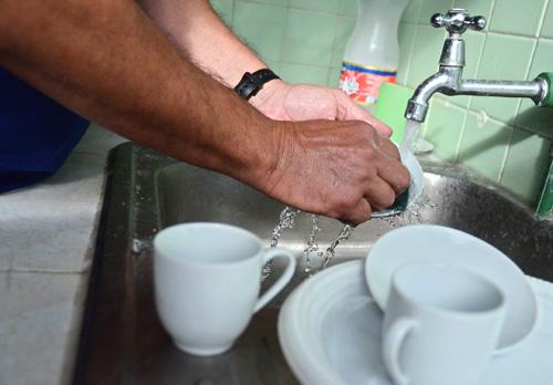 En algunos hogares cubanos, tanto los hombres como las mujeres comparten las responsabilidades.