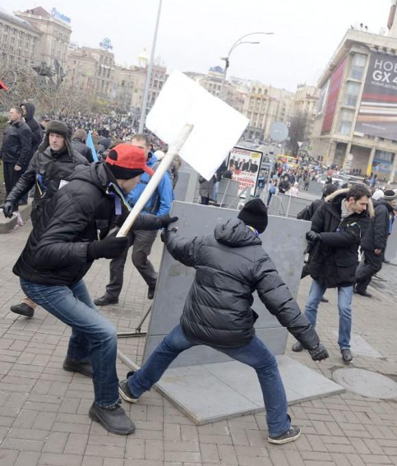 Al menos 120 policías y 112 manifestantes han resultado heridos en los disturbios registrados este domingo en Kiev entre fuerzas de seguridad y partidarios de la oposición que exigen la firma del Acuerdo de Asociación negociado entre la UE y el Gobierno ucraniano. Foto: Europa Press