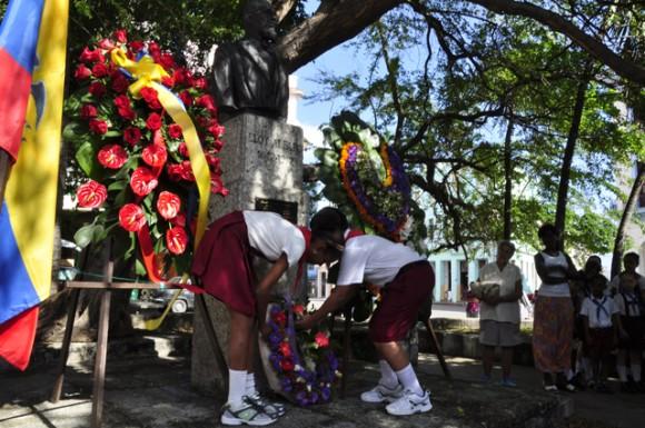 Pioneros depositan ofrenda florar al General Alfaro.