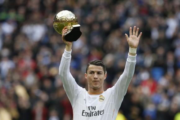 Cristiano Ronaldo ofreció su segundo Balón de Oro a la afición del Santiago Bernabéu.