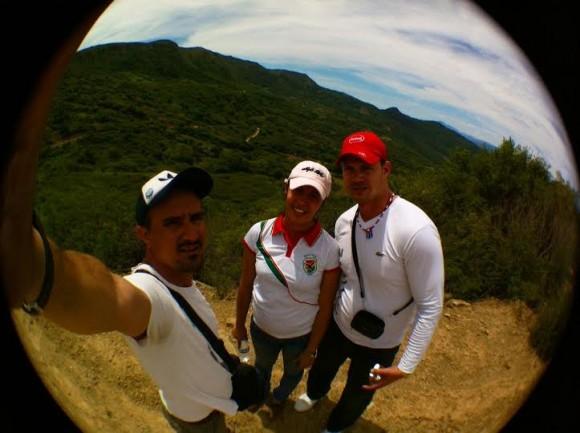 Sucel y Yhoandris, la pareja de médicos cubanos que cumple misión en La Higuera se une a nuestra tropa. Foto: Kaloian.