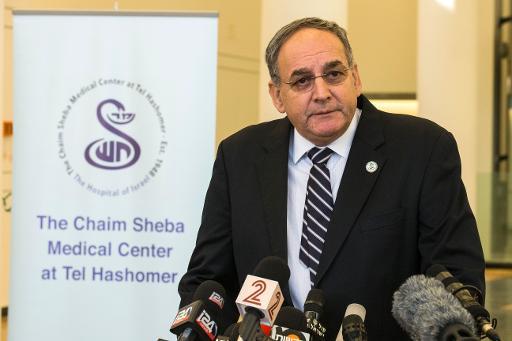El director del hospital Tel Hashomer, Zeev Rotstein, explica el estado de salud del exprimer ministro israelí Ariel Sharon