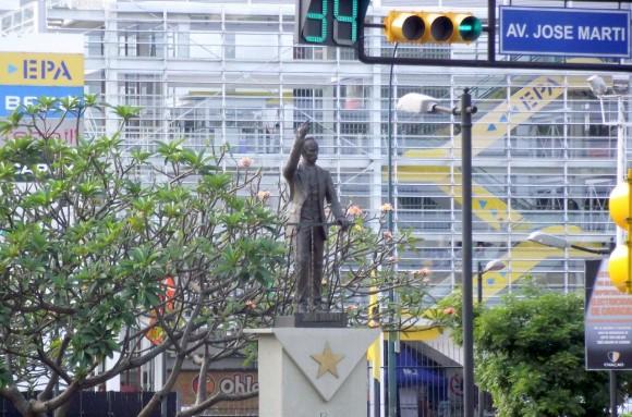 Estatua del apostol en Chacaito, Caracas, ubicada un área peatonal desde la cual comienza la avenida de José Martí. Foto Héctor Valdés Domínguez