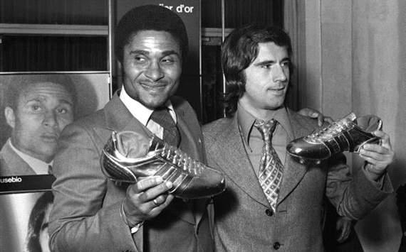 Eusebio y Gerd Muller mantienen en alto las Botas de oro y plata en 1973.