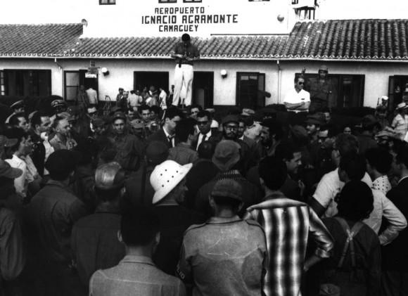 Fidel en el aeropuerto de Camagüey el 4 de enero de 1959. Foto tomada del libro La Caravana de la Libertad