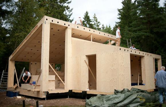 En Dinamarca, en un pueblo próximo a Copenhague, los arquitectos de  la firma Eentileen se asociaron con la compañía Facit Homes, especialistas en la arquitectura de fabricación digital,  para fabricar una casa. La han construido con hojas de contrachapado impresas y moldeadas en una Impresora 3D, con material de bosques de gestión sostenible de Finlandia. Su nombre es Villa Asserbo.