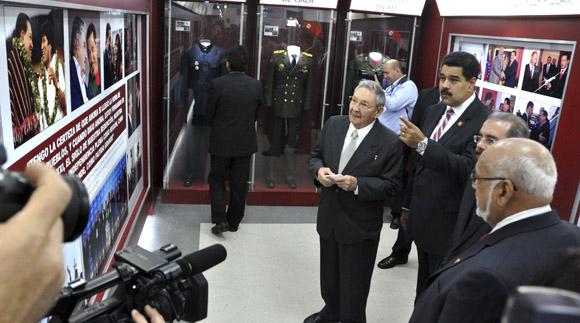 El General de Ejército Raúl Castro Ruz, Presidente de los Consejos de Estado y de Ministros de Cuba, y Nicolás Maduro, Presidente de la República Bolivariana de Venezuela, inauguran Museo Hugo Chávez, en el complejo Morro-Cabaña, en La habana, el 29 de enero de 2014.    AIN   FOTO/Marcelino VÁZQUEZ HERNÁNDEZ.