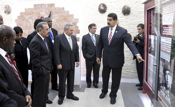 El General de Ejército Raúl Castro Ruz, Presidente de los Consejos de Estado y de Ministros de Cuba, y Nicolás Maduro, Presidente de la República Bolivariana de Venezuela, junto a mandatarios latinoamericanos y caribeños que participan en la II Cumbre de la Comunidad de Estados Latinoamericanos y Caribeños,  en La Habana, Cuba, durante la inauguran Museo Hugo Chávez, en la Fortaleza San Carlos de la Cabaña, el 29 de enero de 2014.   AIN   FOTO/Marcelino VÁZQUEZ HERNÁNDEZ.