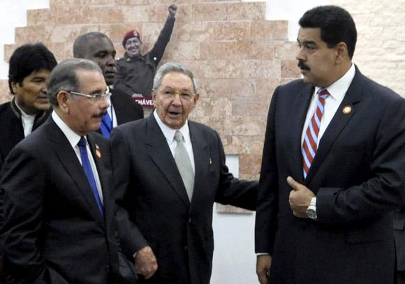 El General de Ejército Raúl Castro Ruz (C), Presidente de los Consejos de Estado y de Ministros de Cuba, y Nicolás Maduro (D), Presidente de la República Bolivariana de Venezuela, inauguran Museo Hugo Chávez, en el complejo Morro-Cabaña, en La habana, el 29 de enero de 2014. A la izquierda Danilo Medina (I), Presidente de la República Dominicana, y detrás Evo Morales, Presidente de Bolivia. AIN FOTO/Marcelino VÁZQUEZ HERNÁNDEZ.